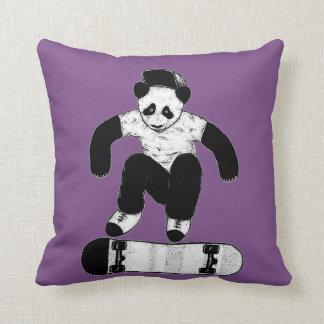 Cojín Decorativo Panda que anda en monopatín
