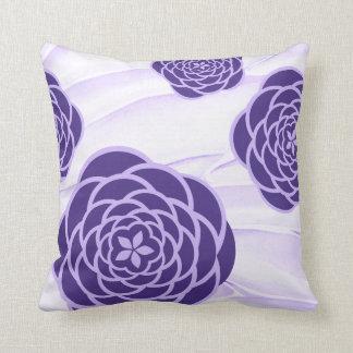 Cojín Decorativo Peonies ultravioletas en fondo suave de la lila