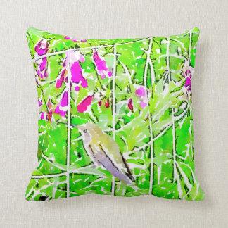 Cojín Decorativo Pequeño colibrí verde y flores púrpuras