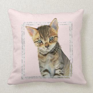 Cojín Decorativo Pintura del gatito del Tabby con el falso marco de