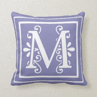 Cojín Decorativo Púrpura del bígaro del monograma de la letra M