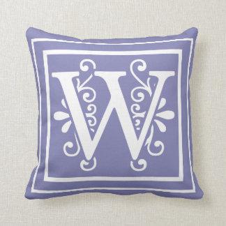 Cojín Decorativo Púrpura del bígaro del monograma de la letra W