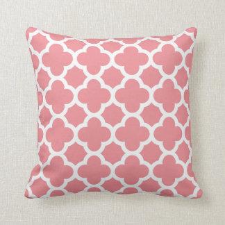 Cojín Decorativo Quatrefoil rosado y blanco de la primavera