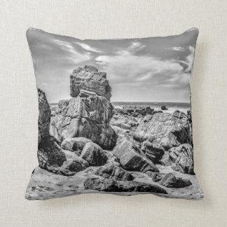 Cojín Decorativo Rocas en la orilla en el Praia Malhada