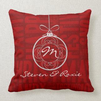 Cojín Decorativo Rojo y rosado con el monograma y la alegría