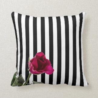 Cojín Decorativo Rosa blanco y negro de la raya subió