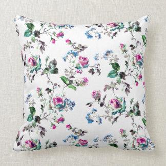 Cojín Decorativo Rosas - rosas rosados y flores azules sobre blanco