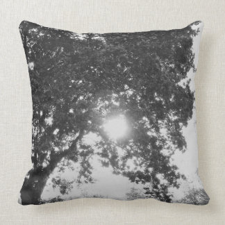 Cojín Decorativo Sol inglés del campo a través de un árbol