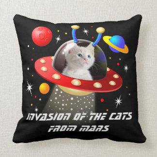 Cojín Decorativo Sus gatos en una escena extranjera T del UFO Sci