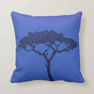 Cojín Decorativo Tinta africana del negro del árbol en azul marino