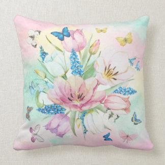 Cojín Decorativo TonesFlowers en colores pastel colorido y mariposa