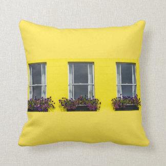 Cojín Decorativo Tres ventanas en un amortiguador amarillo de la