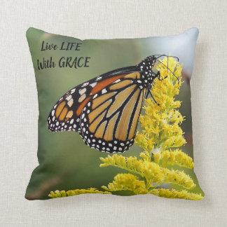 Cojín Decorativo Vida viva de la mariposa de monarca con la