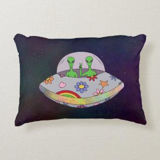 Cojín Decorativo Vienen en el UFO de la paz