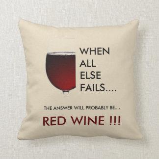 """Cojín Decorativo Vino rojo. """"Cuando todo el otro falla"""" tipografía"""