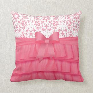 Cojín Decorativo Volantes rosados del satén y arco rosado en el