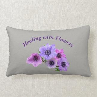 Cojín Lumbar Cura gris con el diseño de Anenome de las flores