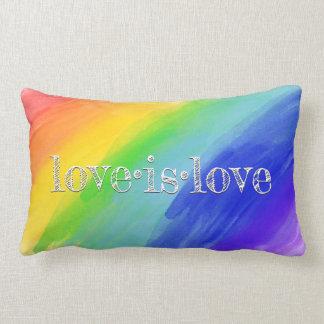 Cojín Lumbar El amor es el arco iris LGBT de la acuarela de la