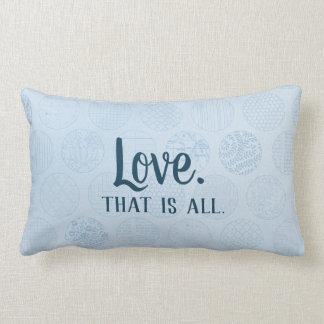 Cojín Lumbar El amor es todo.  Modelo azul de los círculos