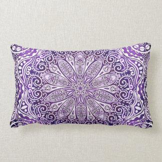 Cojín Lumbar Floral de encaje de la mandala púrpura