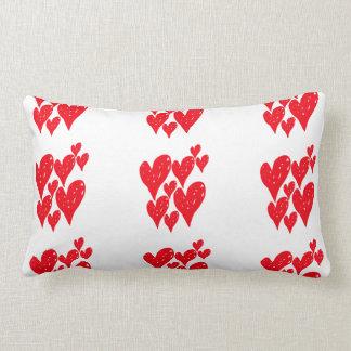 Cojín Lumbar Grupo de corazón rojo del amor en un modelo en el