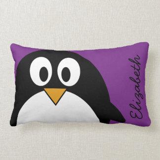 Cojín Lumbar púrpura linda del pingüino del dibujo animado