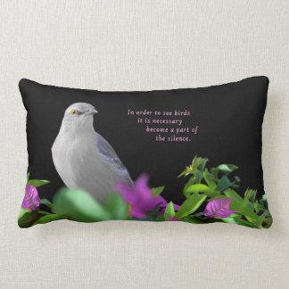 Cojín Lumbar Un pájaro que imita septentrional con las hojas de