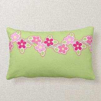 Cojín Lumbar Verde de las rosas fuertes y de la primavera con