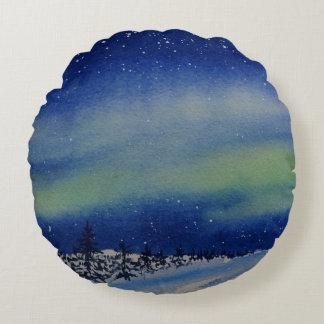 Cojín Redondo Aurora Borealis en la noche y el bosque nevado