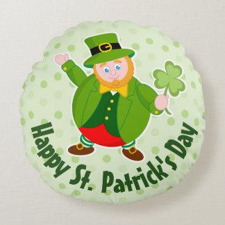 Cojín Redondo Leprechaun del día de un St Patrick que sostiene