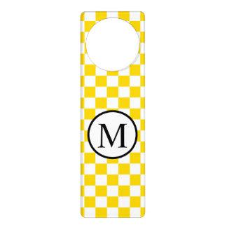 Colgador Para Puerta Monograma simple con el tablero de damas amarillo
