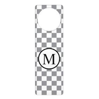 Colgador Para Puerta Monograma simple con el tablero de damas gris
