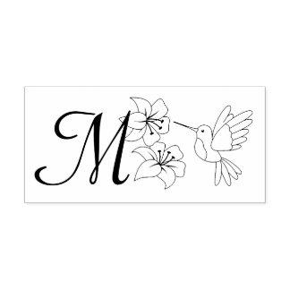 Colibrí cerca del monograma de las flores sello de caucho