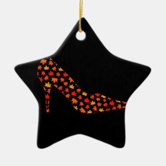 Collage de un zapato de la bomba con las hojas de adorno de navidad
