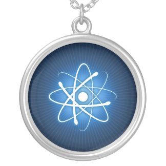 Collar azul del átomo que brilla intensamente
