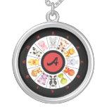 Collar chino lindo con monograma del círculo del z