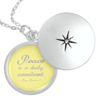 Collar Con Colgante La paz es un compromiso diario