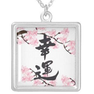Collar de la buena fortuna del kanji de la flor de