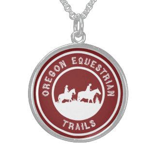 Collar de la plata esterlina con el logotipo