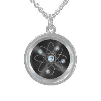 collar de plata del símbolo del átomo