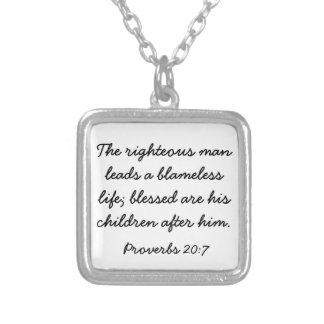 Collar del 20:7 de los proverbios del verso de la