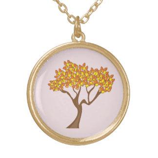 Collar del árbol del otoño del final del oro