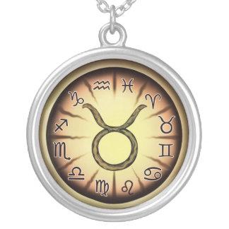Collar del símbolo del tauro del zodiaco