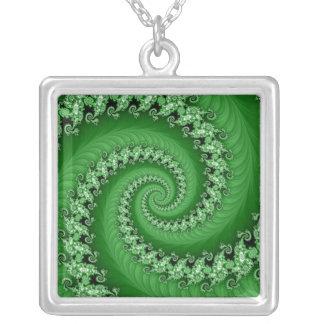 Collar espiral doble verde del fractal