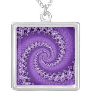 Collar espiral doble violeta del fractal