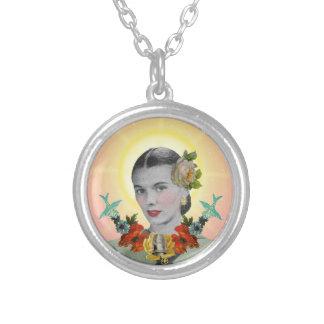 Collar femenino del santo patrón del bordado del v