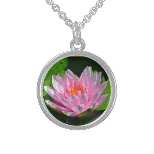 Collar, flor de Lotus rosada hermosa