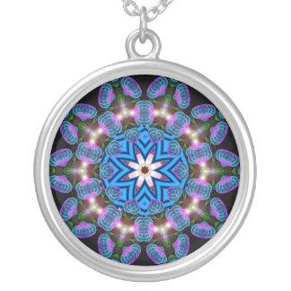 Collar geométrico de la foto del fractal rosado az