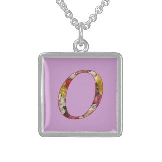 Collar inicial del diseño floral del monograma O