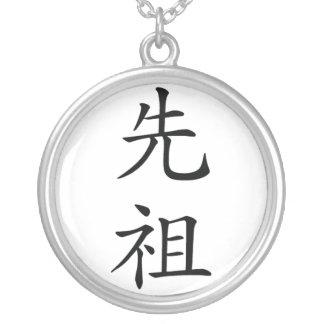 Collar japonés del kanji del antepasado
